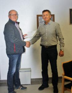 Handschlag zur verabschiedung von Peter Hoff nach 25 Jahren Ratsmitgliedschaft, davon 5 Jahre als Ortsbürgermeister.