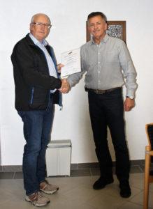 Ewald Bausen wird nach 25 Jahren im GR Grenderich von Ortsbürgermeister Wallrath verabschiedet